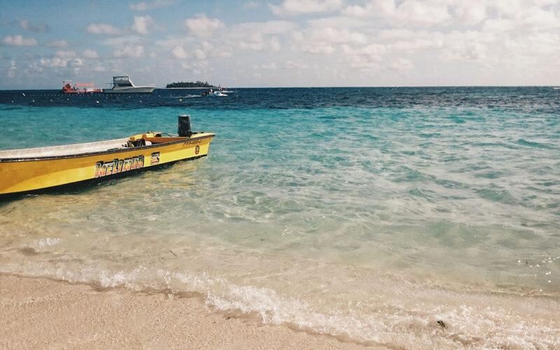 Praia central de San Andrés, próximos aos barcos de passeio