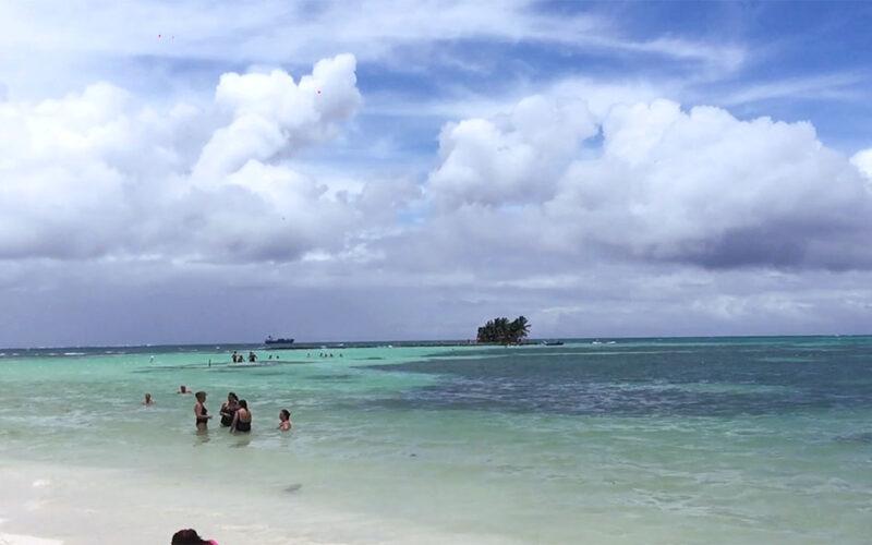 A ilha de Rocky Cay ao fundo