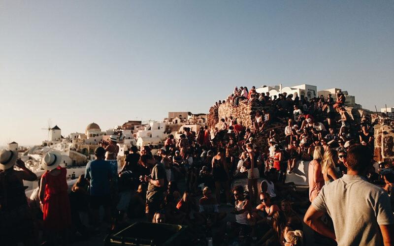 Pessoas amontoadas aguardando o por do sol