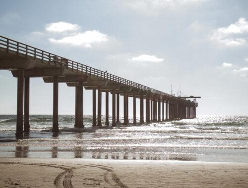 Píer de praia da califórnia no fim da tarde Del Mar Beach, San Diego