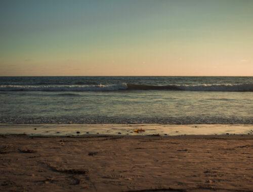 Fim de tarde com por do sol em praia de pequena onda Solana Tide Beach