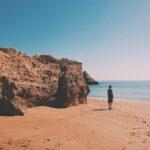 Mulher na praia dona ana, no algarve em portugal