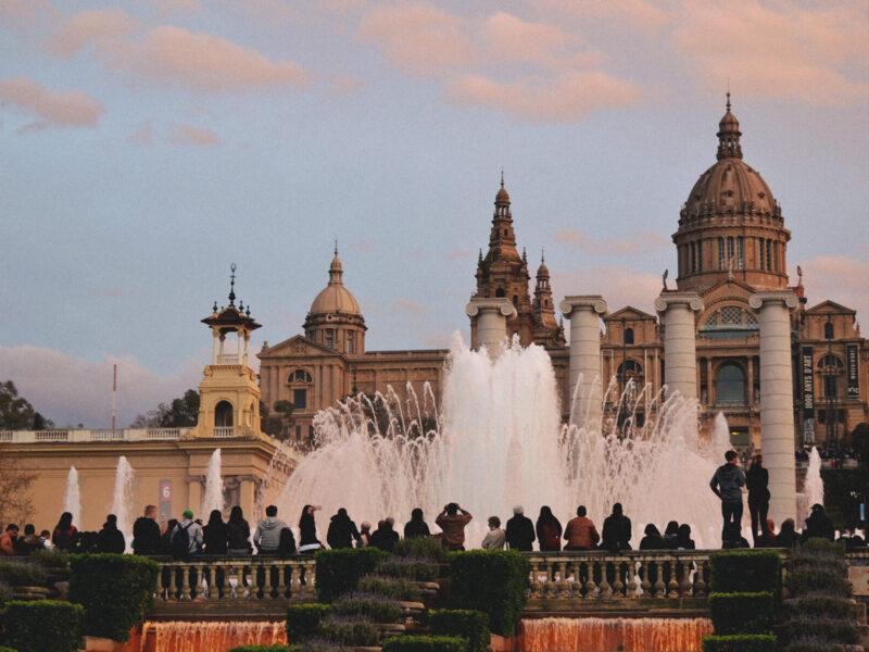 Fonte magica de Monjuic e o Museu de arte da Catalunha