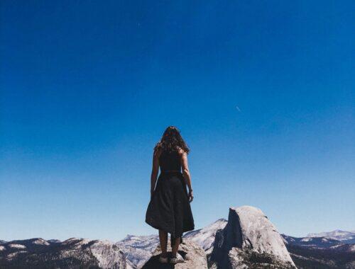 Mulher de costas no Yosemite California Tunnel View