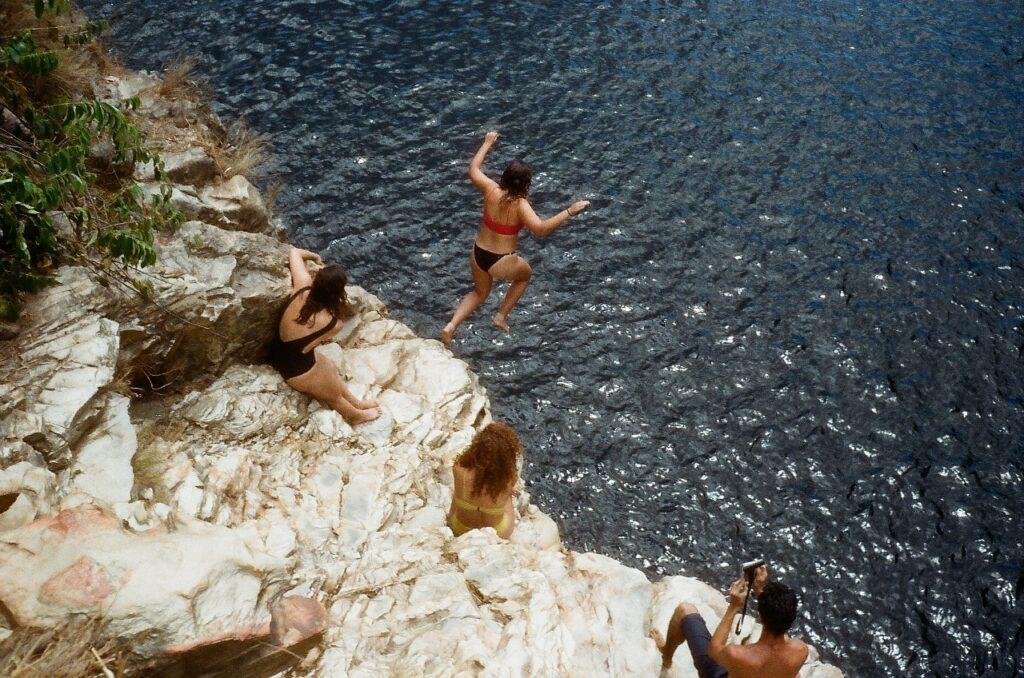 mulher saltando na catarata dos couros chapada dos veadeiros