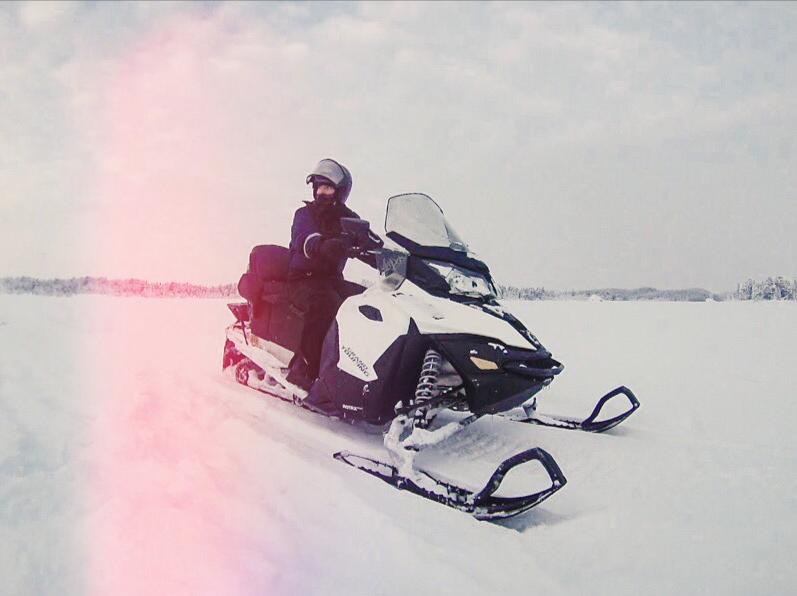 Mulher em snowmobile na finlândia