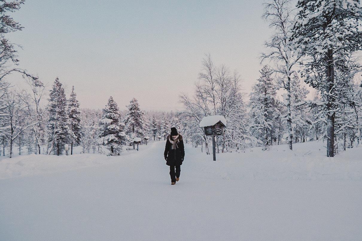 mulher caminha no Inverno hotel Kakslauttanen