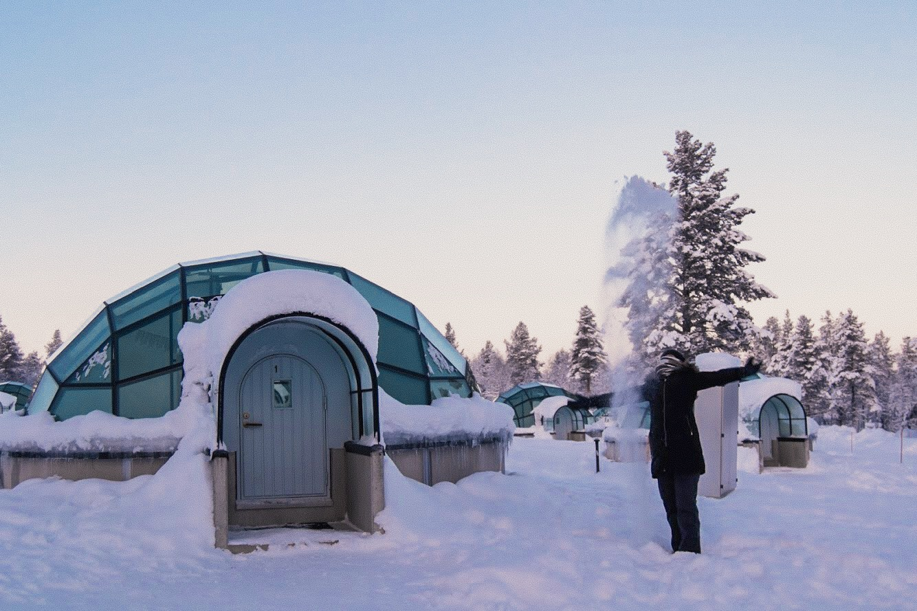 Mulher no Hotel Iglu de vidro - Kakslauttanen Arctic Resort neve inverno