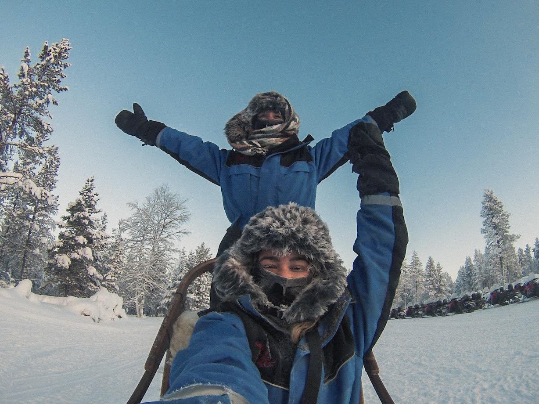 Duas pessoas felizes no Husky Safari Finlândia no Kakslauttanen Arctic Resort