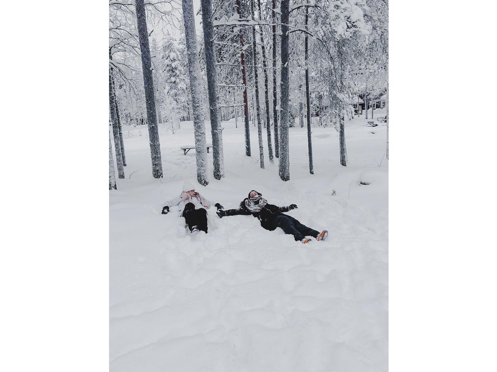 Duas mulheres jogadas na neve no inverno da finlândia em Santa Claus Village, Rovaniemi