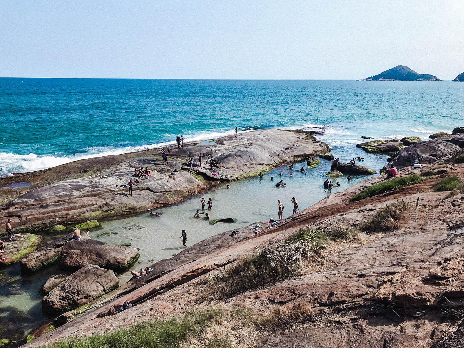 vista de cima da praia do secreto com pessoas