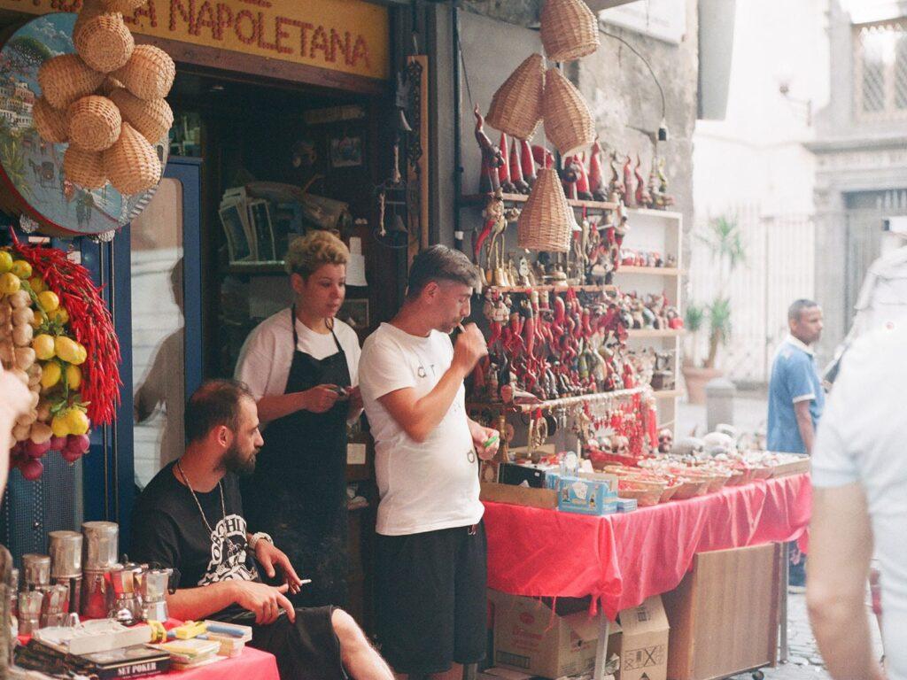 vendedores na frente das lojas típicas do centro de napoles
