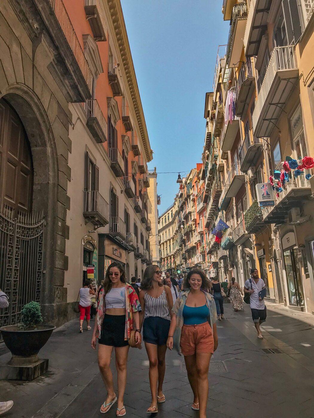 tres mulheres andando na rua de napoles