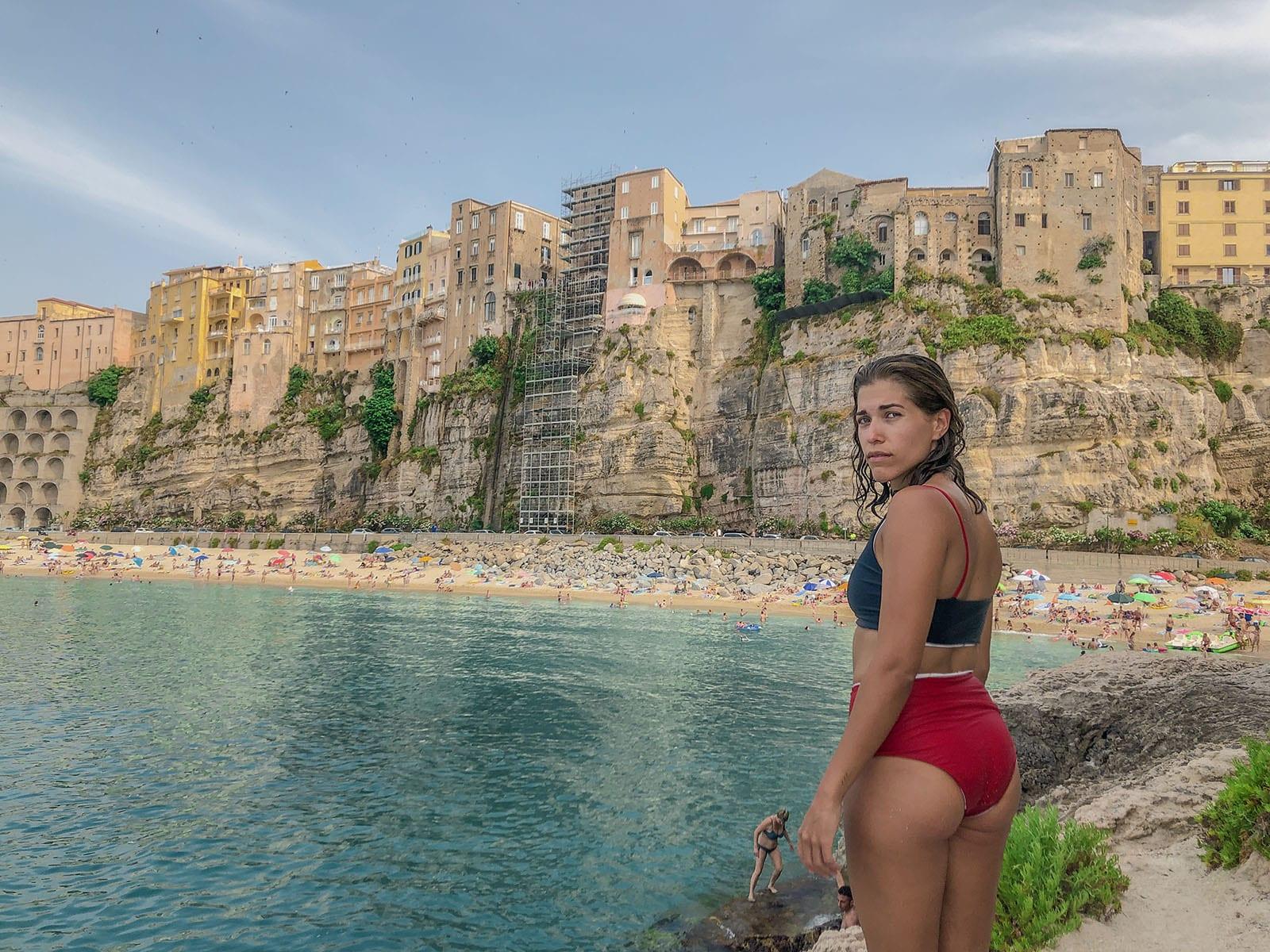Mulher na frente da Vista da praia de Tropea