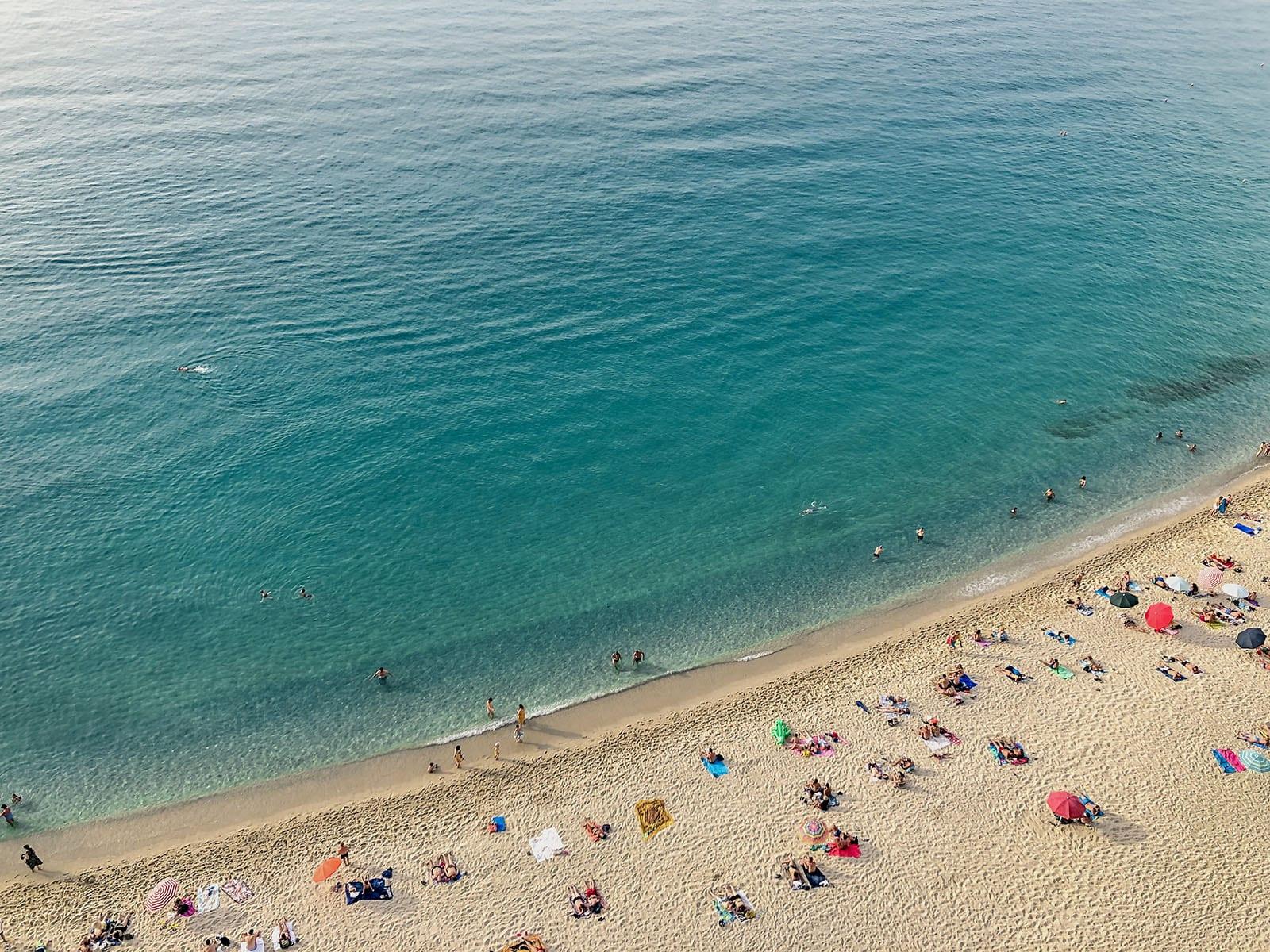 vista superior da praia de tropea no verão na itália