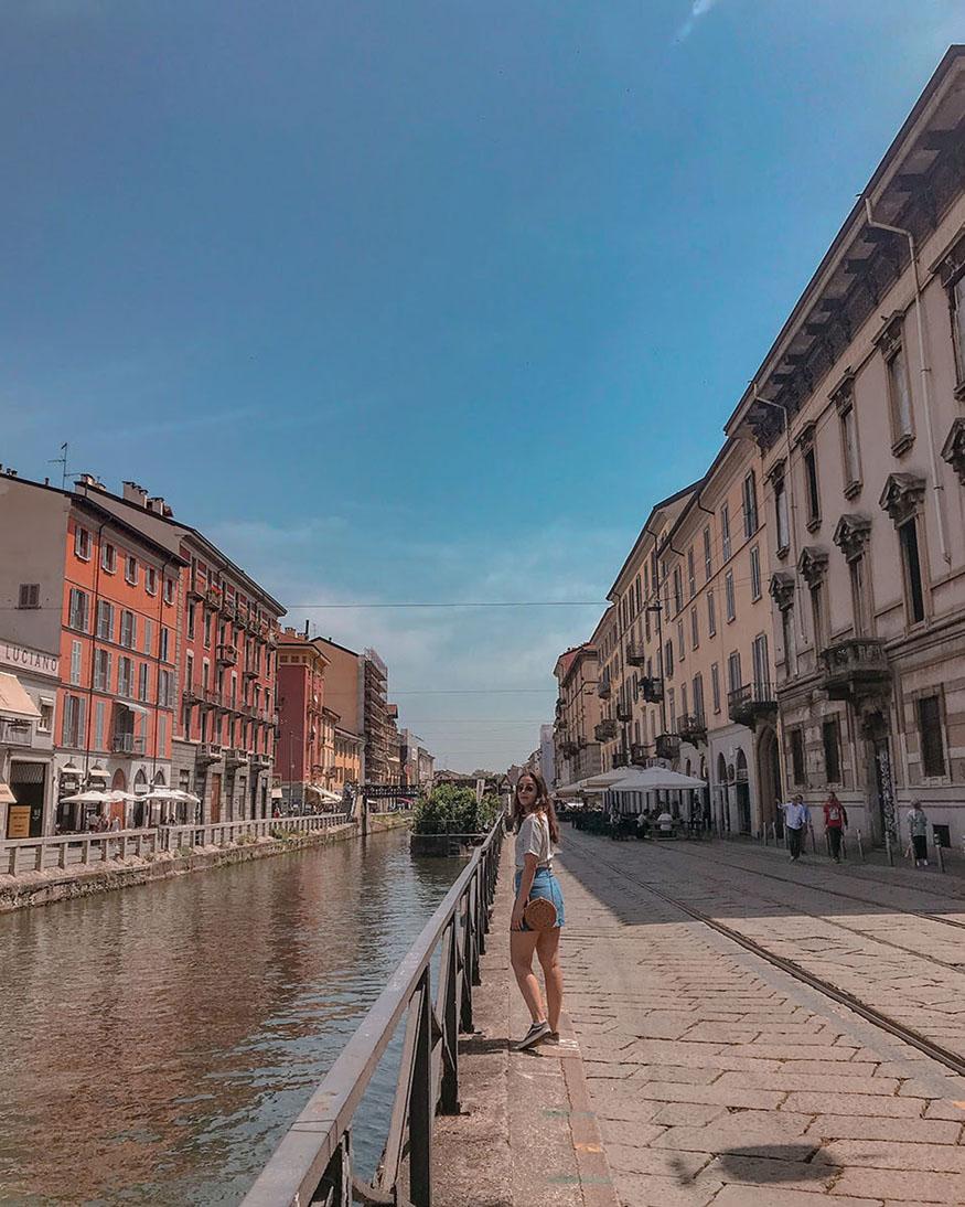 mulher anda pelo canal de navigli em milão