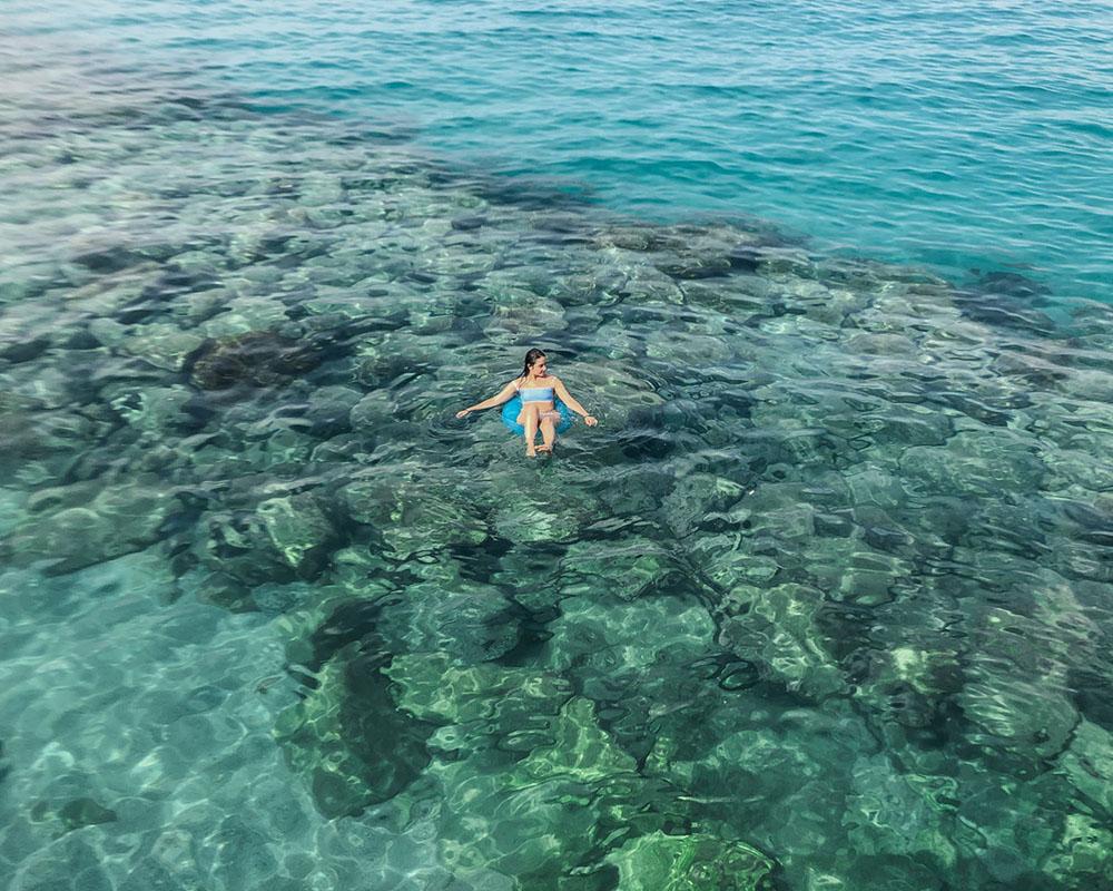 mulher boiando no mar de tropea