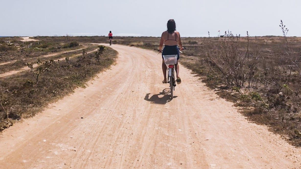 mulher anda de bicicleta em punta lunga favignana italia