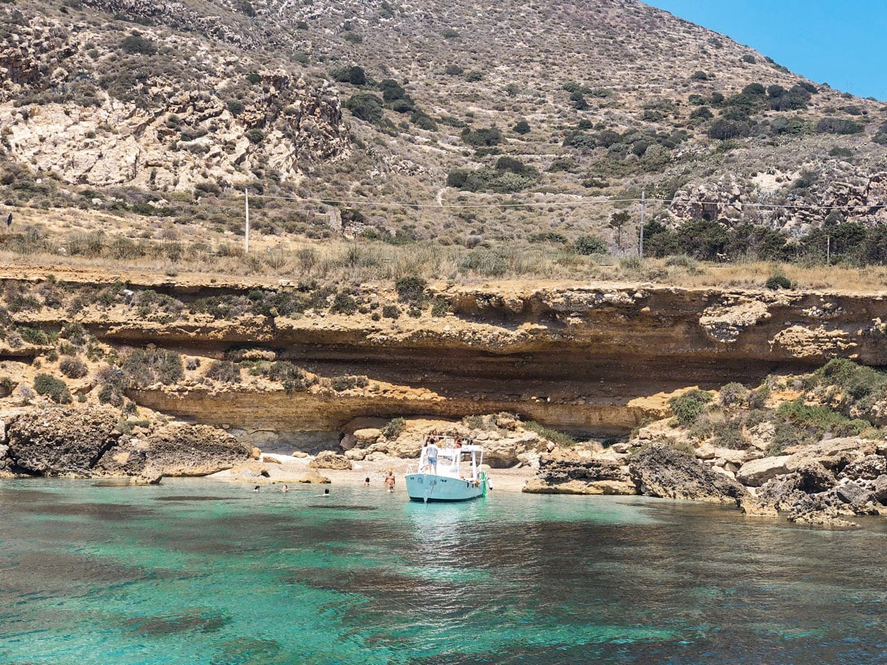 barco parado em praia deserta favignana italia