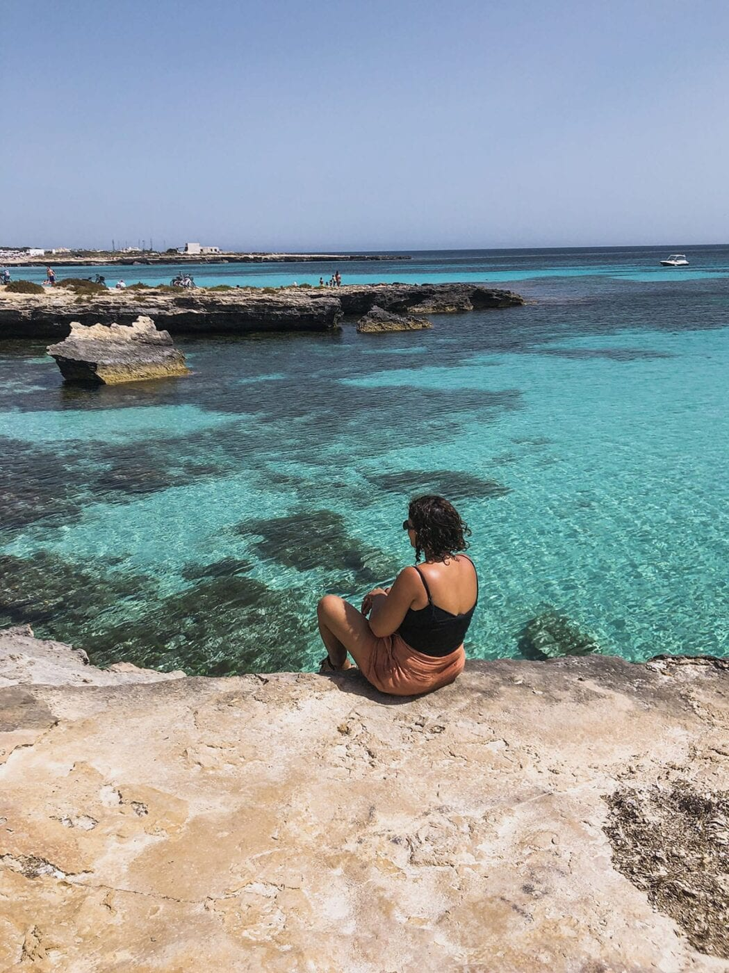 mulher observa vista proximo ao lido burrone favignana italia